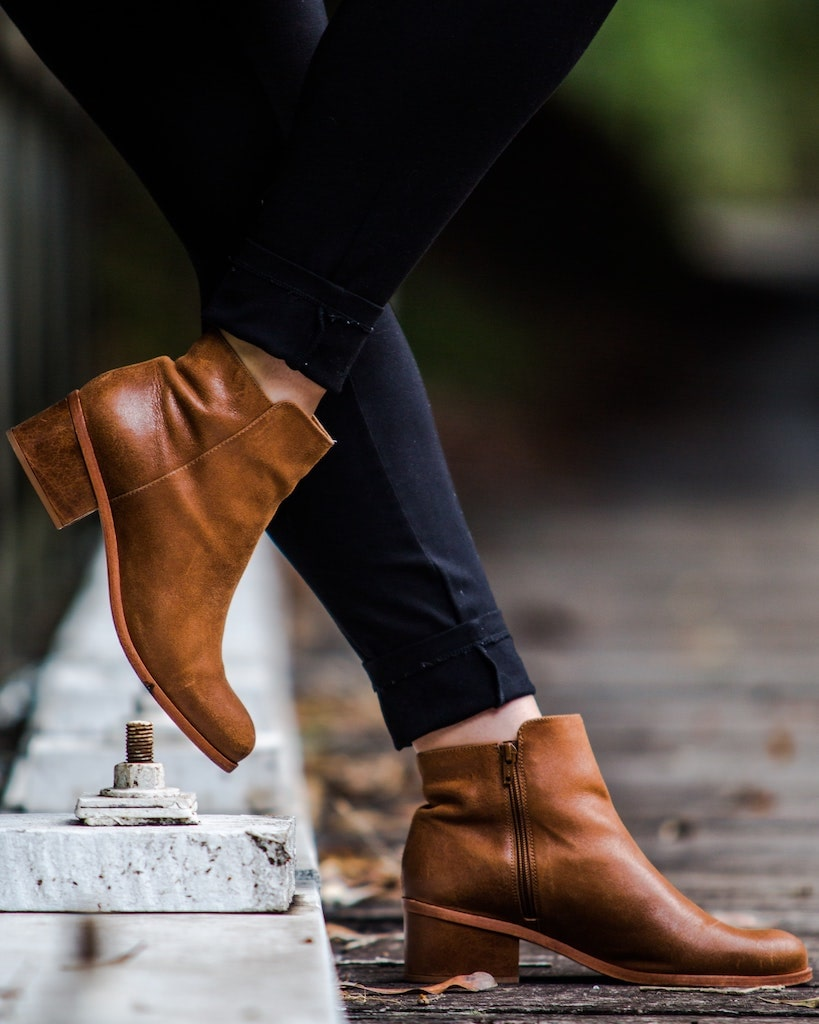 Nu neglija sa alegi o pereche de cizme scurte din piele naturala atunci cand iesi la plimbare toamna tarziu