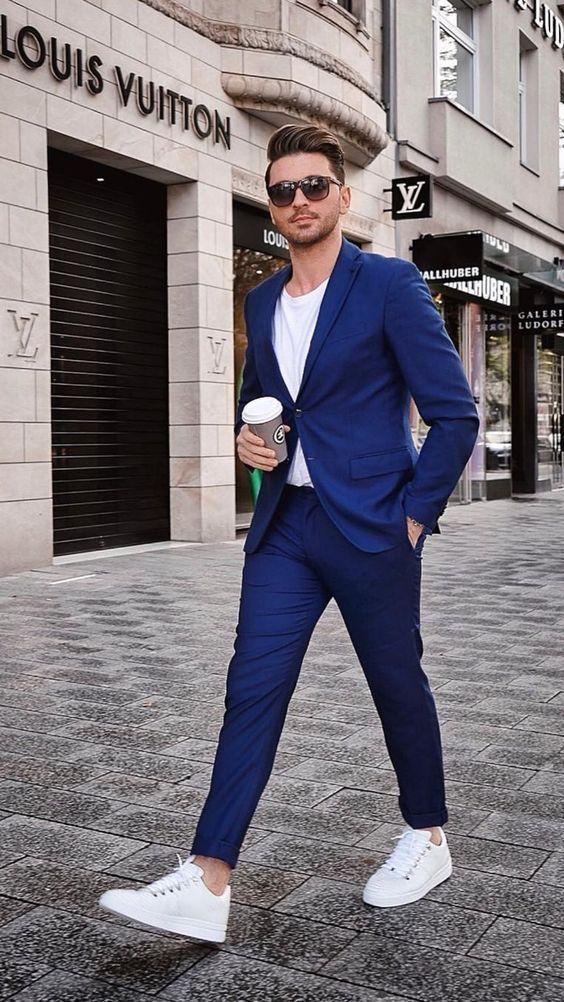 Smart casual pentru barbati poate fi reprezentant de o tinuta formata din o pereche de blugi slim, inchisi la culoare, un sacou si incaltaminte casual din piele naturala