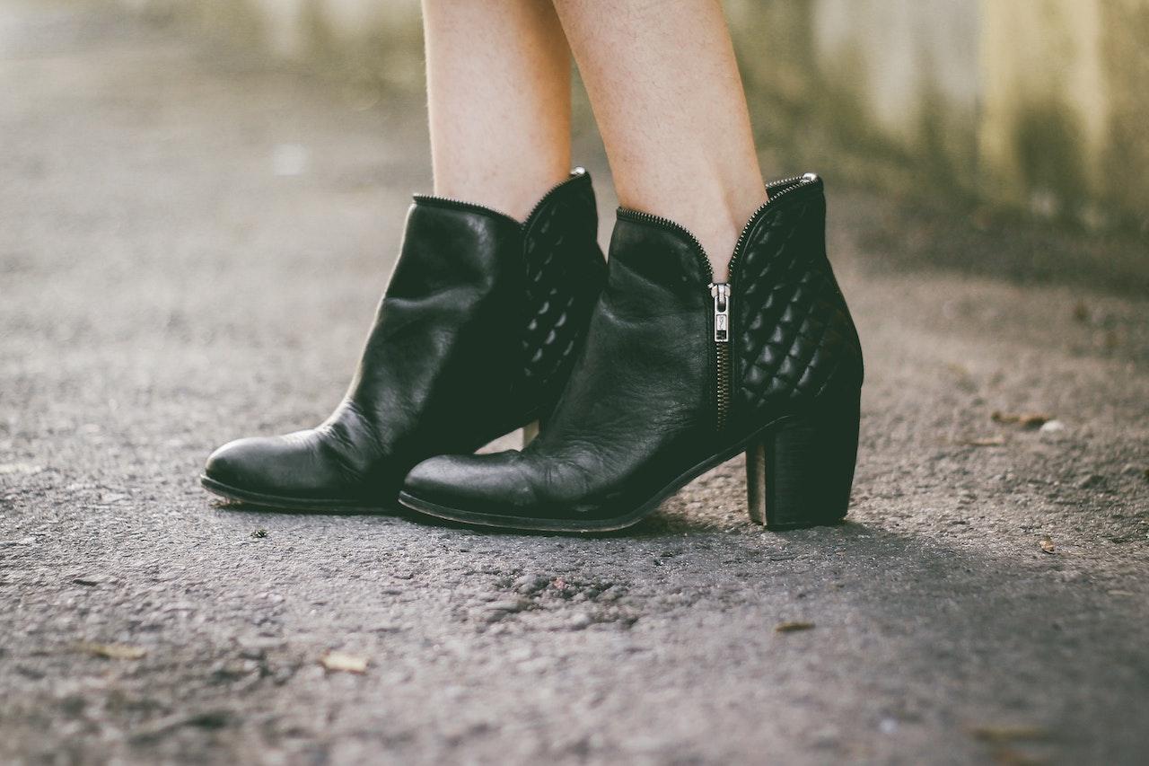 cizmele scurte sunt ideala pentru iesirile cu fetele in oras