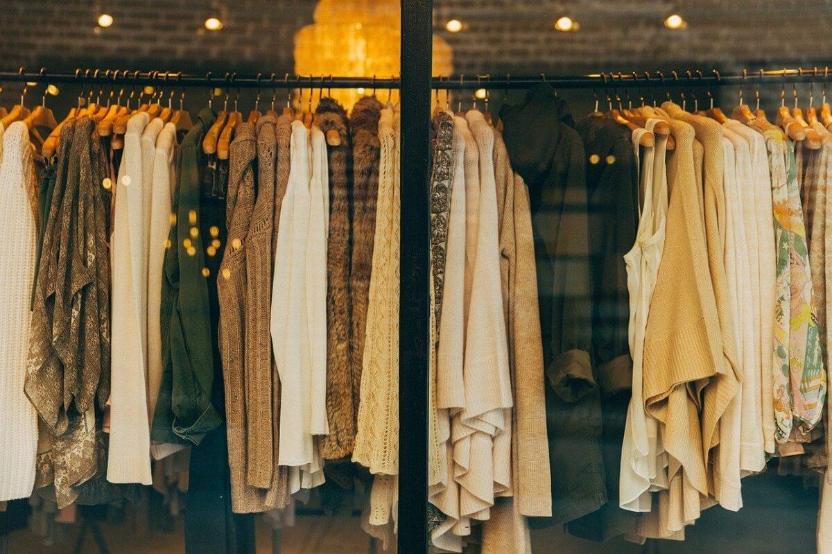 Smart casual este unul dintre stilurile vestimentare preferate atat de persoanele tinere, cat si de cele mai in varsta, pretandu-se atat mersului la birou, cat si evenimentelor mai speciale, atunci cand este compus cum trebuie.