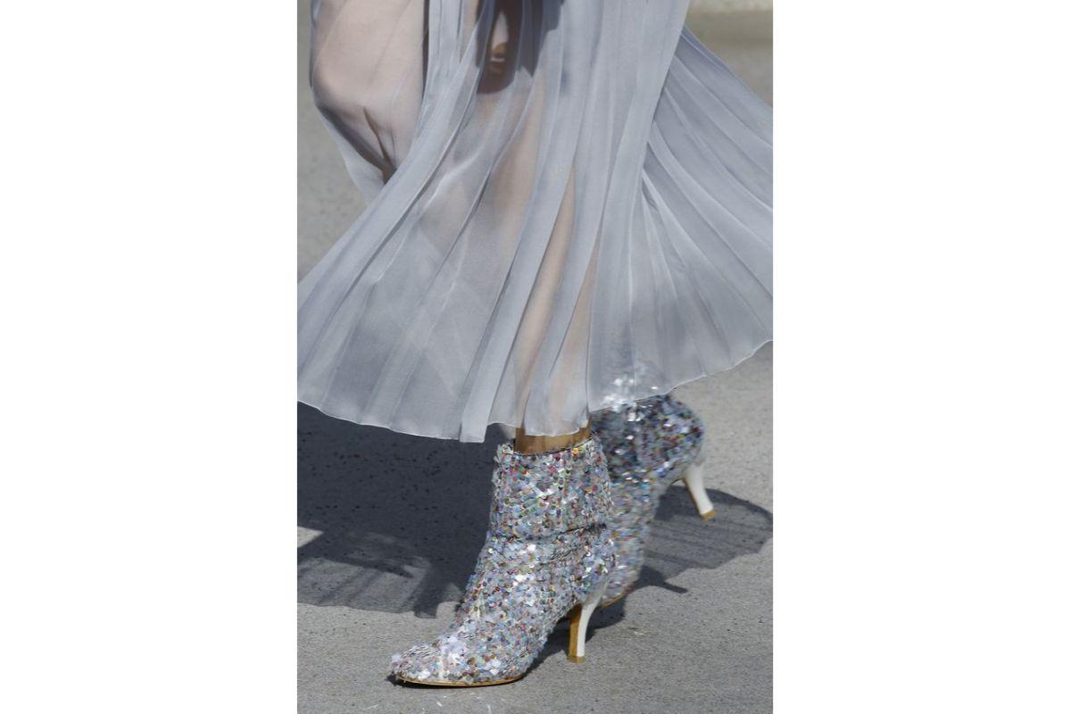 Pe Lavis.ro poti gasi pantofi cu toc din piele naturala de dama ce pot fi asortat stilului tau elegant din seara de Revelion