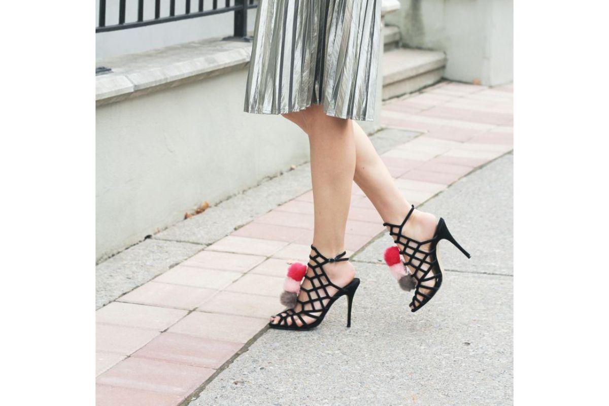 Pe Lavis.ro poti gasi sandale din piele naturala de dama ce poa fi asortate tinutei tale elgante de petrecere