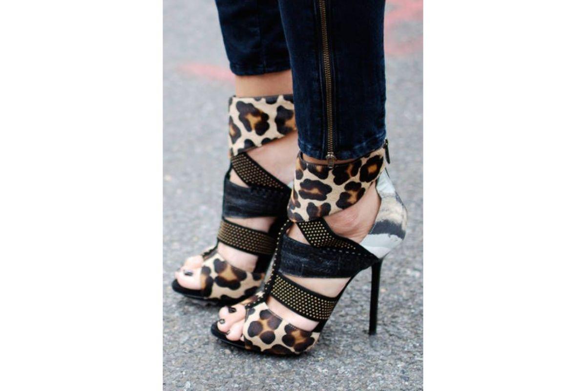 Pe Lavis.ro poti gasi pantofi-sanda din piele naturala de dama ce poate fi asortata stilului tau business casual
