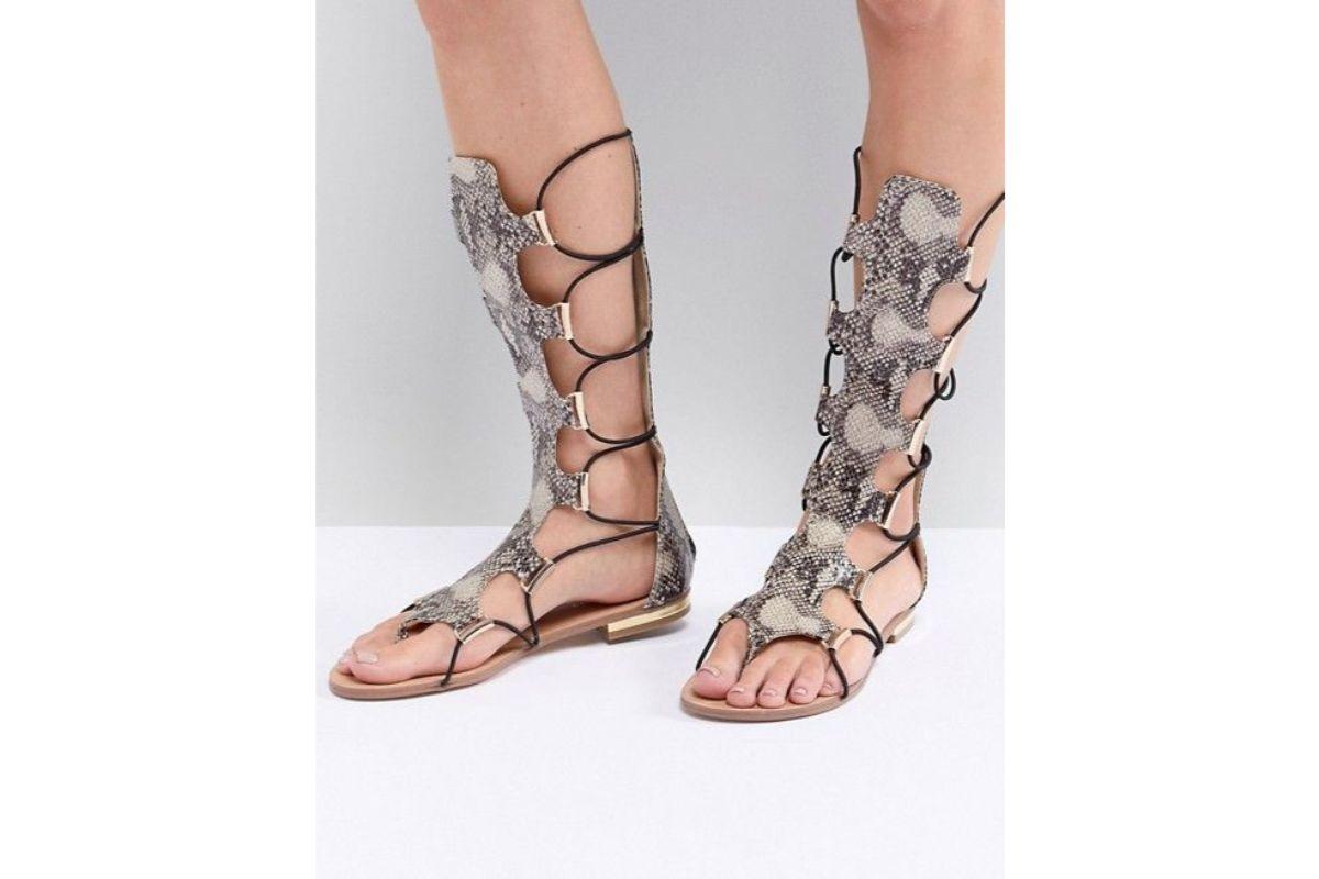 Pe Lavis.ro poti gasi sandale din piele naturala de dama ce poate fi asortate stilului tau casual de petrecere