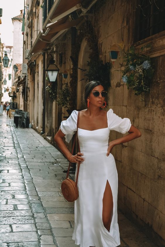 Pe Lavis.ro poti gasi genti si posete din piele de femei ce poate fi asortate tinutei tale de vara